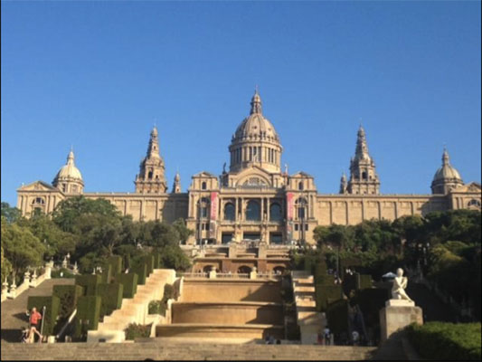 At TEFL Barcelona, TESOL teacher training includes six to eight hours of practice with real Spanish speaking students